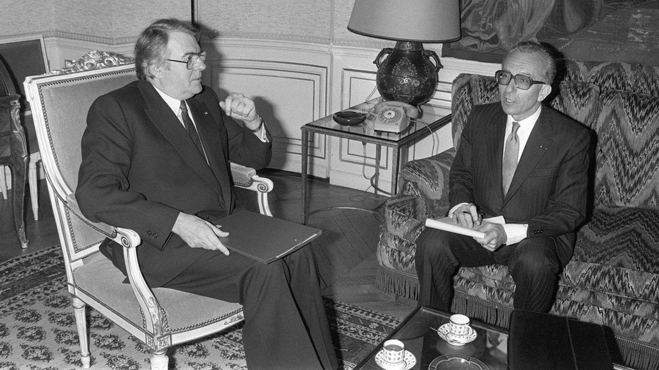 Le premier ministre Pierre Mauroy et le président du CNPF Yvon Gattaz, le 15 avril 1982 à l'Hôtel Matignon