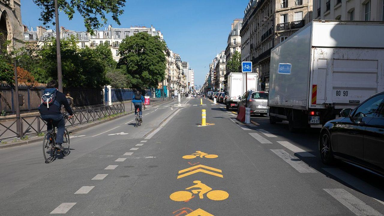 La chaussée des couloirs de bus, ici rue de Rivoli à Paris, est soumise à des contraintes d'autant plus fortes qu'elle supporte l'intégralité du trafic de véhicules lourds.