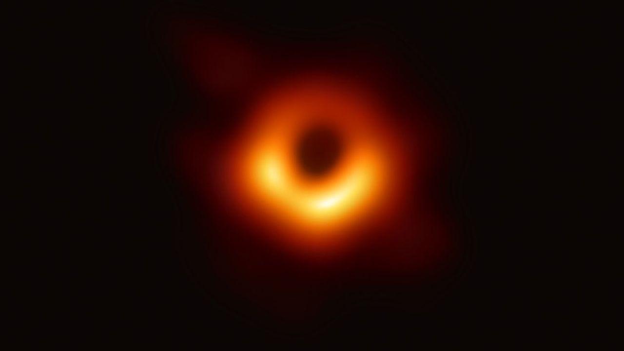 Cette toute première image d'un trou noir et de son halo, prise en avril 2019 par l'Event Horizon Telescope, montre le trou noir supermassif de 6,5milliards de masses solaires niché au coeur de la galaxie M87, à 52millions d'années-lumière de nous.