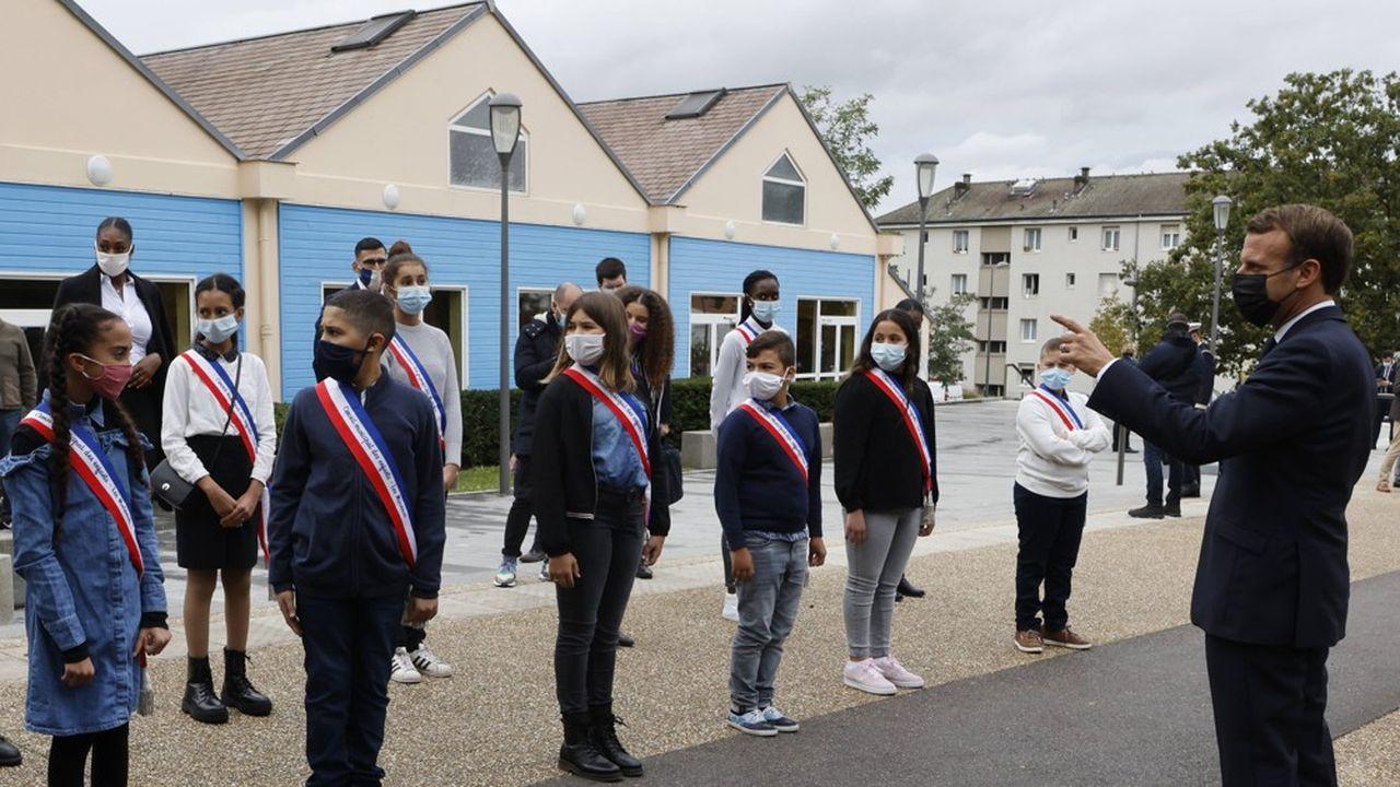 Après son discours, Emmanuel Macron a rencontré des jeunes à la Maison des habitants des Mureaux.