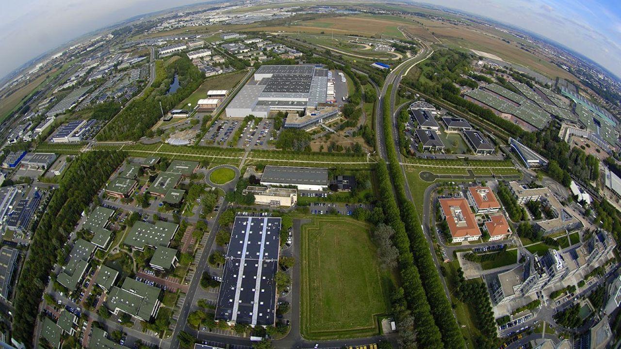 Ouverte sur le monde, la zone d'activités de Paris Nord 2 jouxte l'aéroport Charles-de-Gaulle qu'on distingue à l'arrière-plan.