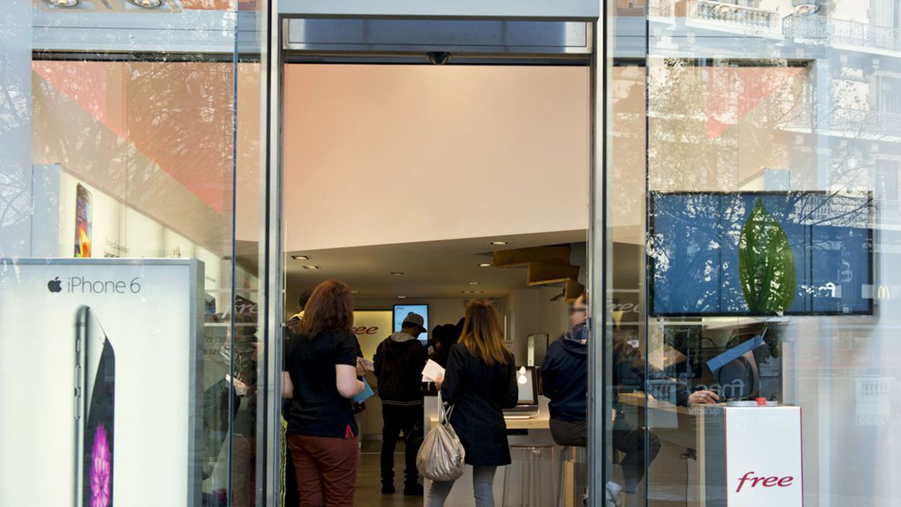 Selon les estimations de la mairie de Paris, il y a 1.200 écrans de publicité numérique dans les vitrines de la capitale.