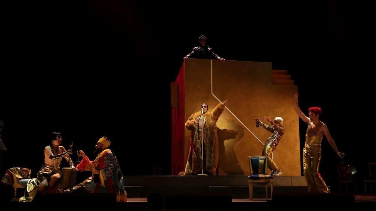 Le spectacle conçu par Benoît Bénichou quitte l'Antiquité pour un aujourd'hui bariolé, inspiré par le monde de la nuit.