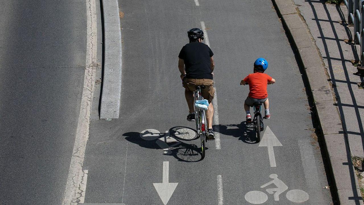 La nouvelle liaison cyclable doit permettre de rejoindre un carrefour giratoire qui dessert un collège à la sortie de l'agglomération d'Issou.