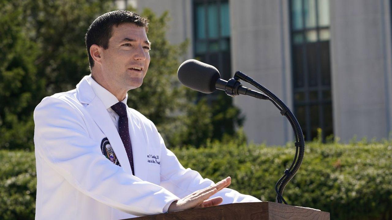 Sean Conley, le médecin de la Maison Blanche délivre le 3octobre le premier bulletin d'hospitalisation de Donald Trump devant l'hôpital militaire Walter Reed.
