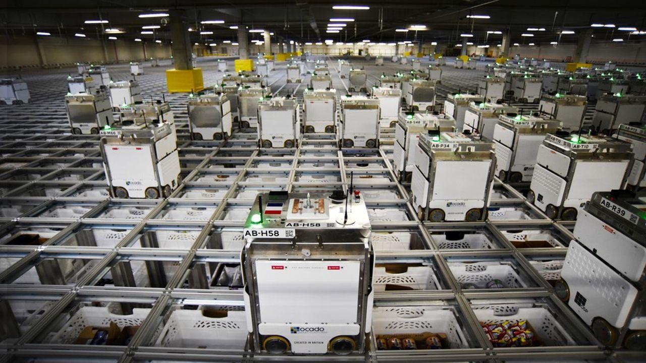 Les petits robots, qui déplacent des dizaines de milliers de caisses en continu, forment le coeur de la technologie Ocado qu'utilise Monoprix.