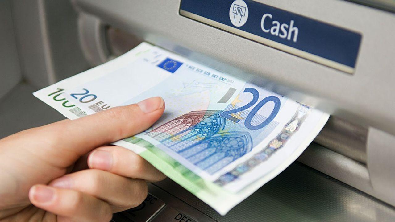 Un euro numérique serait une forme électronique de monnaie de banque centrale qui, à l'instar des billets de banque, permettrait d'effectuer les paiements quotidiens. S'il était mis en place, il existerait parallèlement aux espèces, sans les remplacer. L'Eurosystème s'est engagé dans tous les cas à continuer d'émettre des espèces.