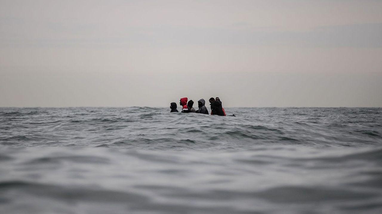 Des migrants tentent de traverser le Channel, entre Sangatte et le Cap Blanc-nez, sur une frêle embarcation, en août dernier.