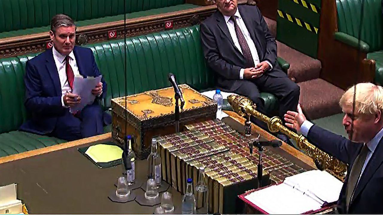 A la chambre des Communes, le leader du Labor Keir Starmer fait face au Premier ministre Boris Johnson.