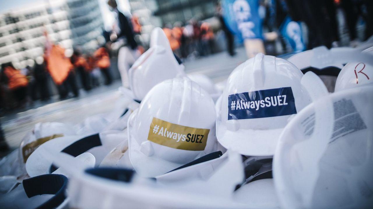 A La Défense, devant le siège social d'Engie, les salariés du groupe Suez manifestent contre le projet de fusion de Veolia.