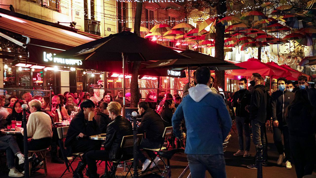 Les bars devraient bientôt être contraints de fermer à Paris, mais pas forcément les restaurants.