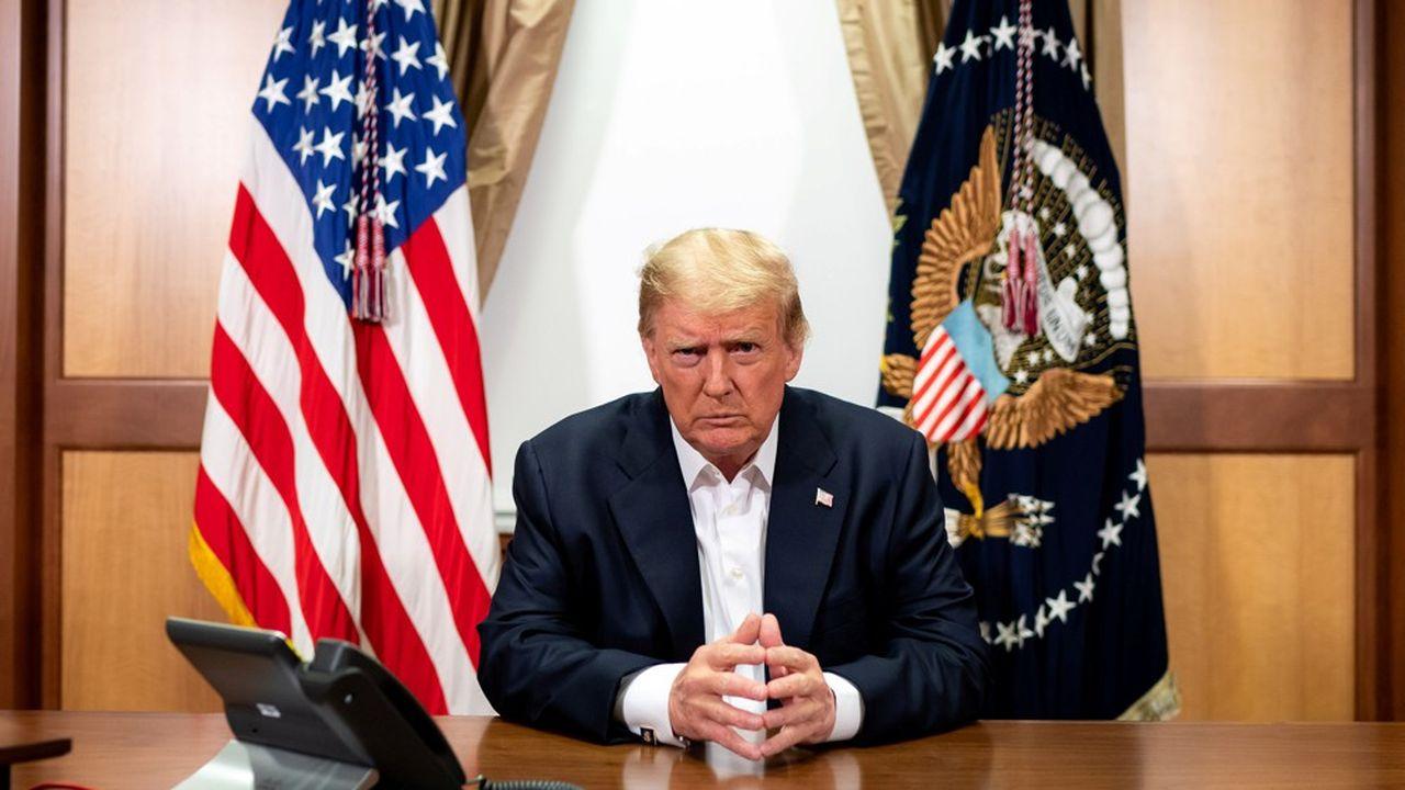 Donald Trump a voulu rassurer les Américains en faisant diffuser des photographies de lui «au travail» depuis l'hôpital.