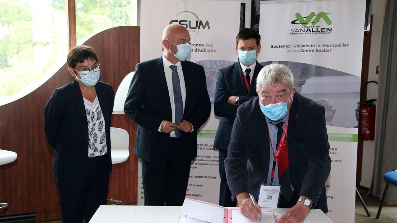 La ministre de la mer Annick Girardin (à gauche) lors de la signature de la convention sur un dispositif de prévention micro-satellite pour prévenir les épisodes cévenols.