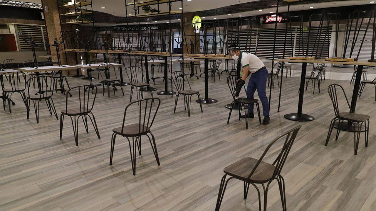Aux Philippines, les centres commerciaux viennent de recevoir le feu vert des autorités pour ouvrir jusque 23heures. Les restaurants peuvent fonctionner sans heure limite de fermeture.