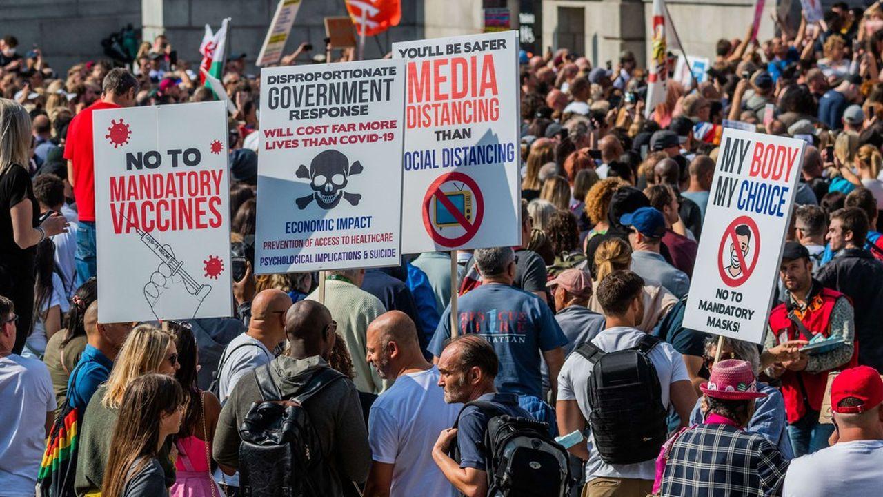 En pleine pandémie du coronavirus, les théories du complot fleurissent. Le 19septembre, à Trafalgar Square, à Londres, des manifestants protestaient contre toute vaccination obligatoire. Une infirmière suspendue, Kate Shemirani, a même comparé les mesures barrière «à l'Holocauste».