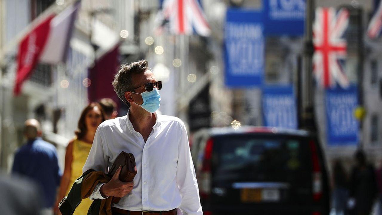 Partout en Europe, le port obligatoire du masque s'étend face à la nouvelle flambée du coronavirus.