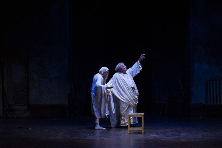 Loïc Mobihan (le souffleur) et Jacques Weber (l'acteur) dans «Le Chant du cygne».