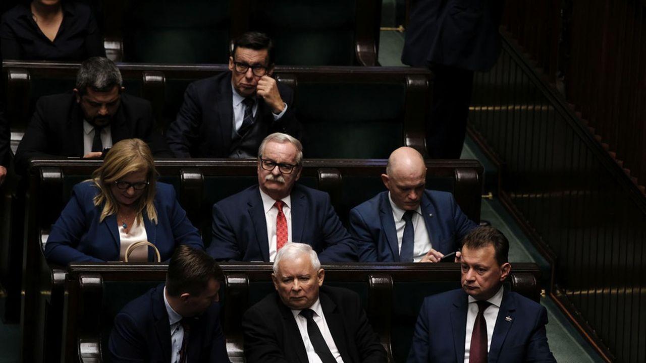 Le président du parti Droit et Justice, le Pis, sort de l'ombre et devient vice-Premier ministre du gouvernement de Tadeusz Morawiecki.