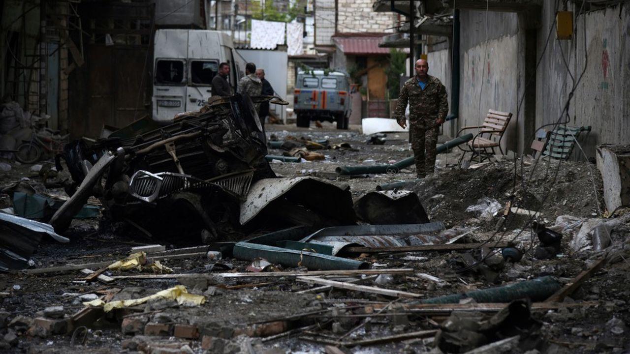 La capitale du Haut-Karabakh, Stepanakert, a été bombardée par les forces azéries, tout comme une ville d'Azerbaïdjan, Ganja, par les forces arméniennes.
