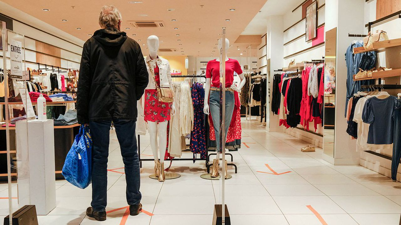 The deconfinement is synonymous with reopening for shopping centers in Toulouse, France on May 11, 2020. But even if the crowds are not there in the morning, all open shops have put up signage adapted to enforce 'barrier gestures'. Photo by Patrick Batard/ABACAPRESS.COM <motCle99> Centre commercial Galerie marchande Centres commerciaux Mall Malls Shopping Center Shopping Centers Epidemic Pandemie Virus Epidemie Virus Pandemic Epidemy Epidemics Maladie Illness / Disability Coronavirus Corona virus Coronavirus Corona virus Covid 19 Coronavirus Covid-19 Coronavirus 2019-nCoV Covid-19 Covid-19 Coronavirus Covid-19 Coronavirus 2019-nCoV Covid 19 </motCle99> | 730122_020 Toulouse France