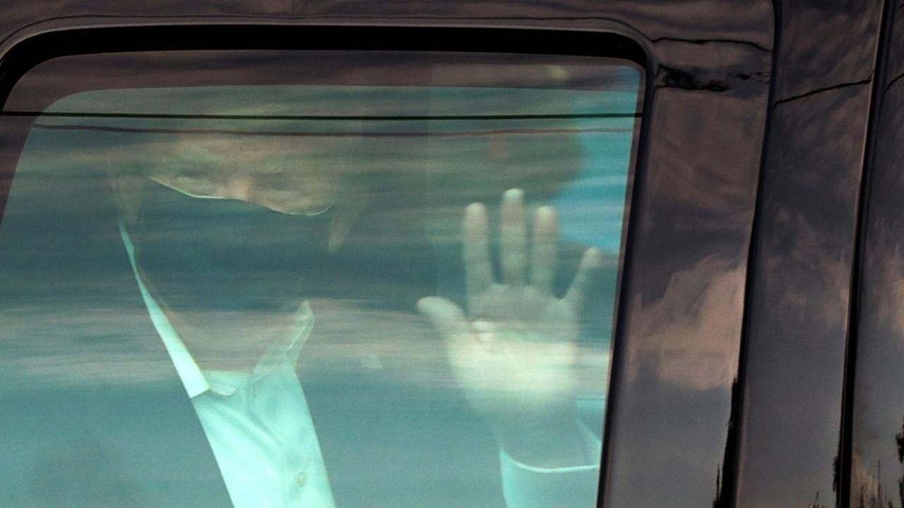 Donald Trump, sorti brièvement dimanche pour saluer ses fans, a fait courir des risques au personnel qui l'accompagnait.