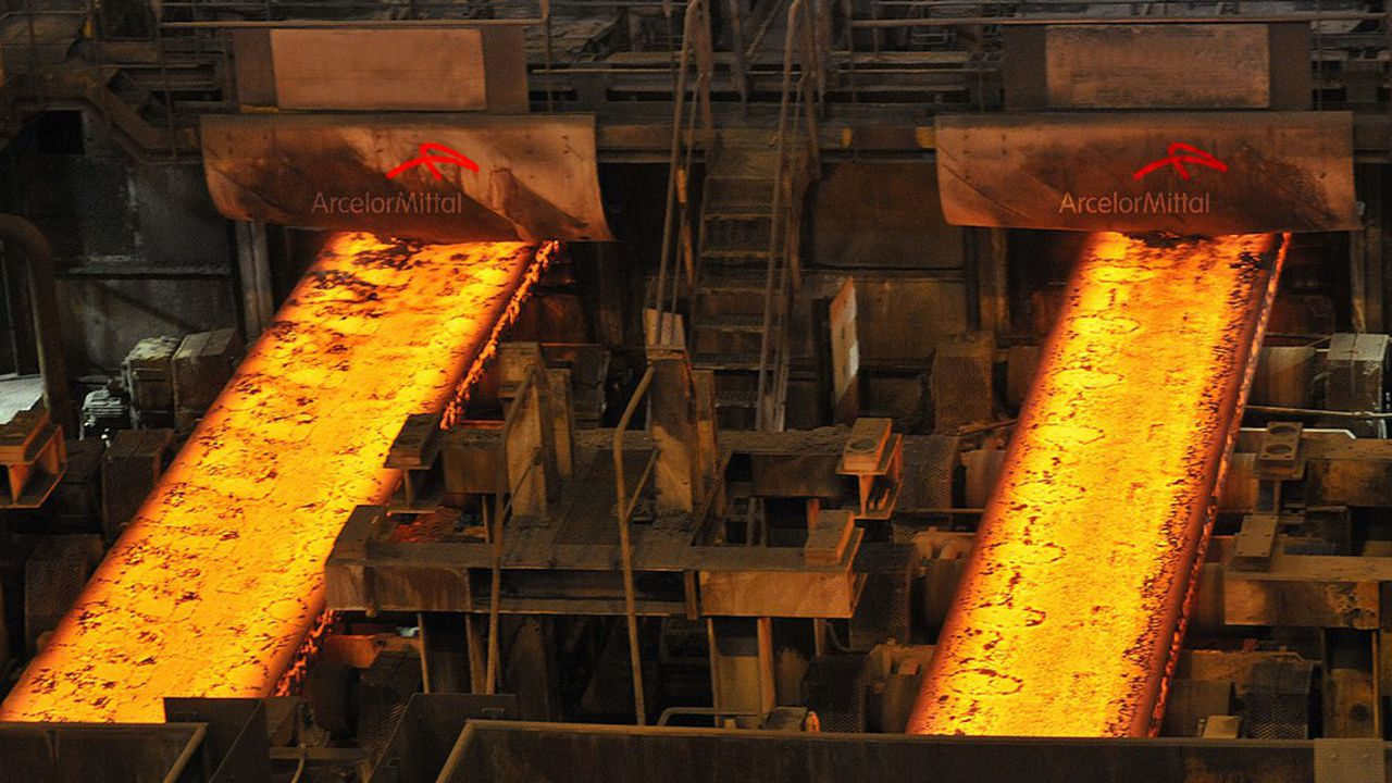 Pour réduire la consommation d'énergie dans la production d'acier (ici des brames), le groupe ArcelorMittal a identifié des innovations grâce à la start-up Firis.