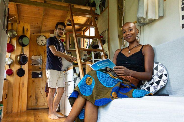 Karen, 32 ans, et son compagnon Yannick, 34 ans, habitent dans une tiny house auto-construite de 20 mètres carrés, mezzanines comprises, en Martinique.