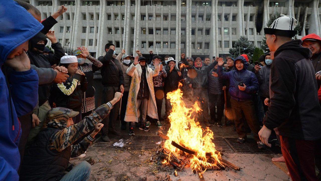 Des manifestants se sont emparés du siège du gouvernement à Bichkek, capitale du Kirghizstan.