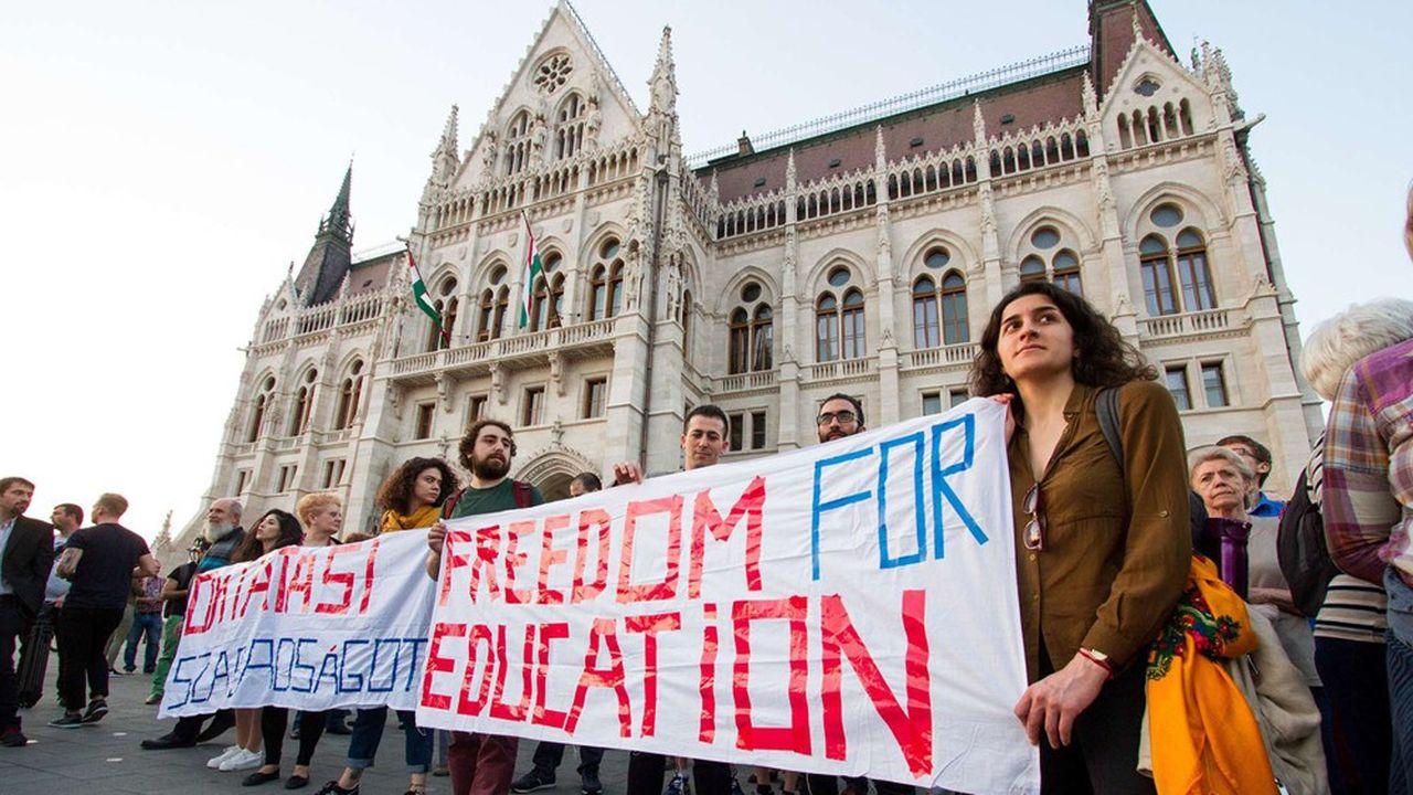 La veille du vote de la loi sur l'enseignement supérieur, début avril, des manifestants protestaient devant le Parlement hongrois en soutien à l'Université d'Europe centrale.