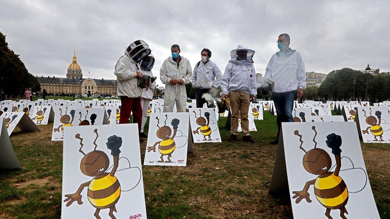 Manifestation contre la réintroduction des pesticides néonicotinoïdes à deux pas de l'Assemblée nationale, le 23septembre 2020.