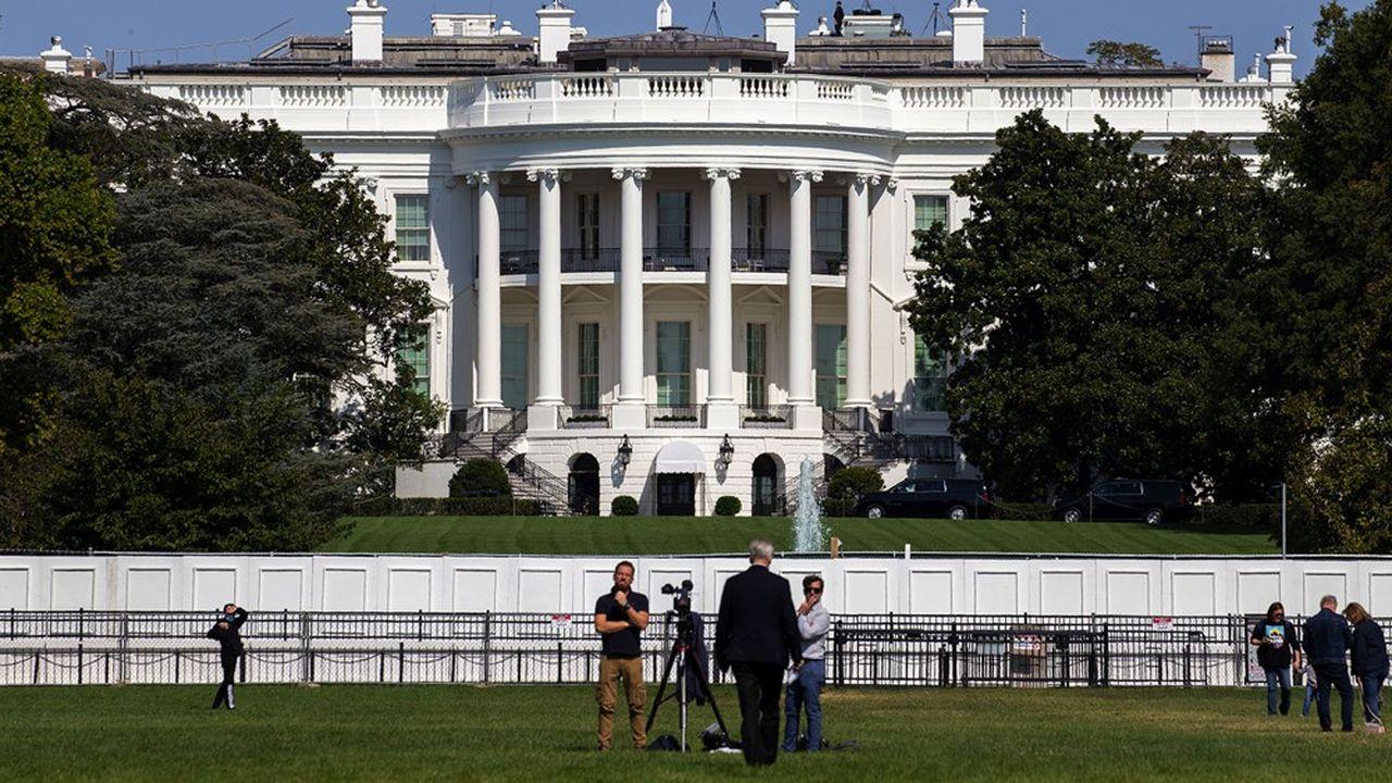 Le président se fait tester régulièrement, mais lui et son entourage se déplacent souvent sans masque, et pas forcément dans le respect des gestes barrières.