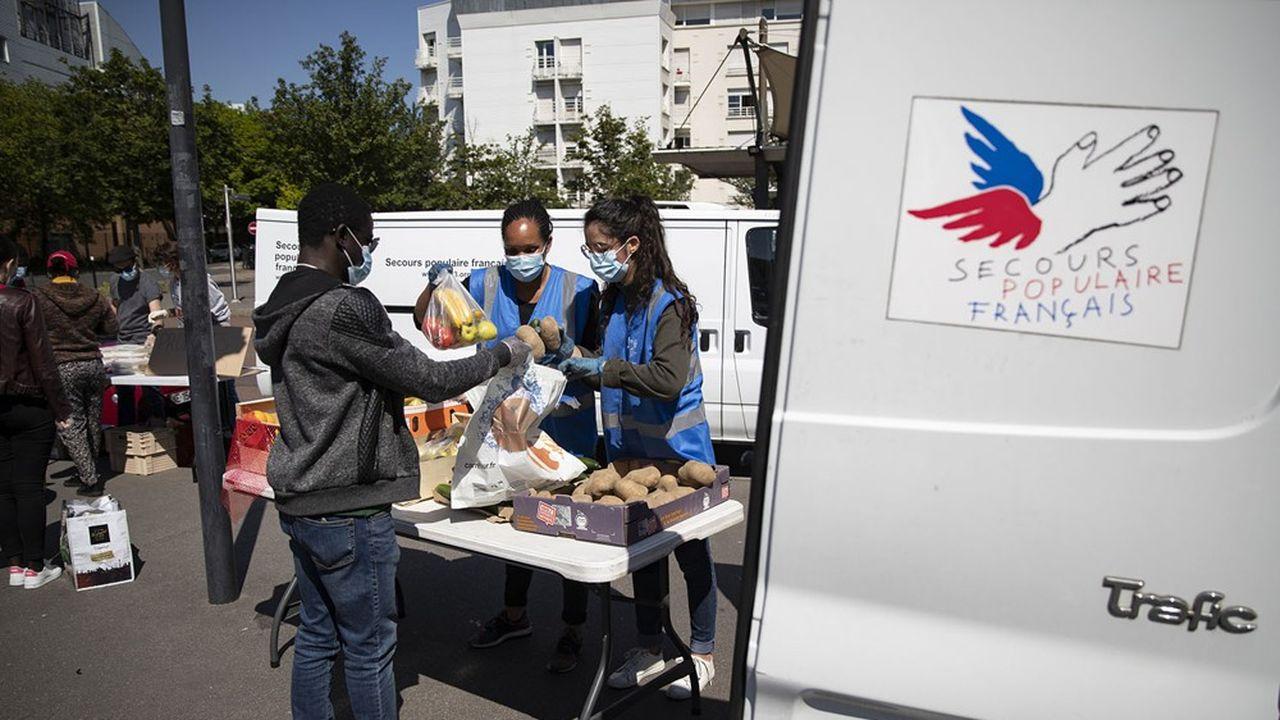 Des volontaires du Secours Populaire distribuent de la nourriture à des étudiants nécessiteux, près de l'Université Paris VIII à Saint Denis.