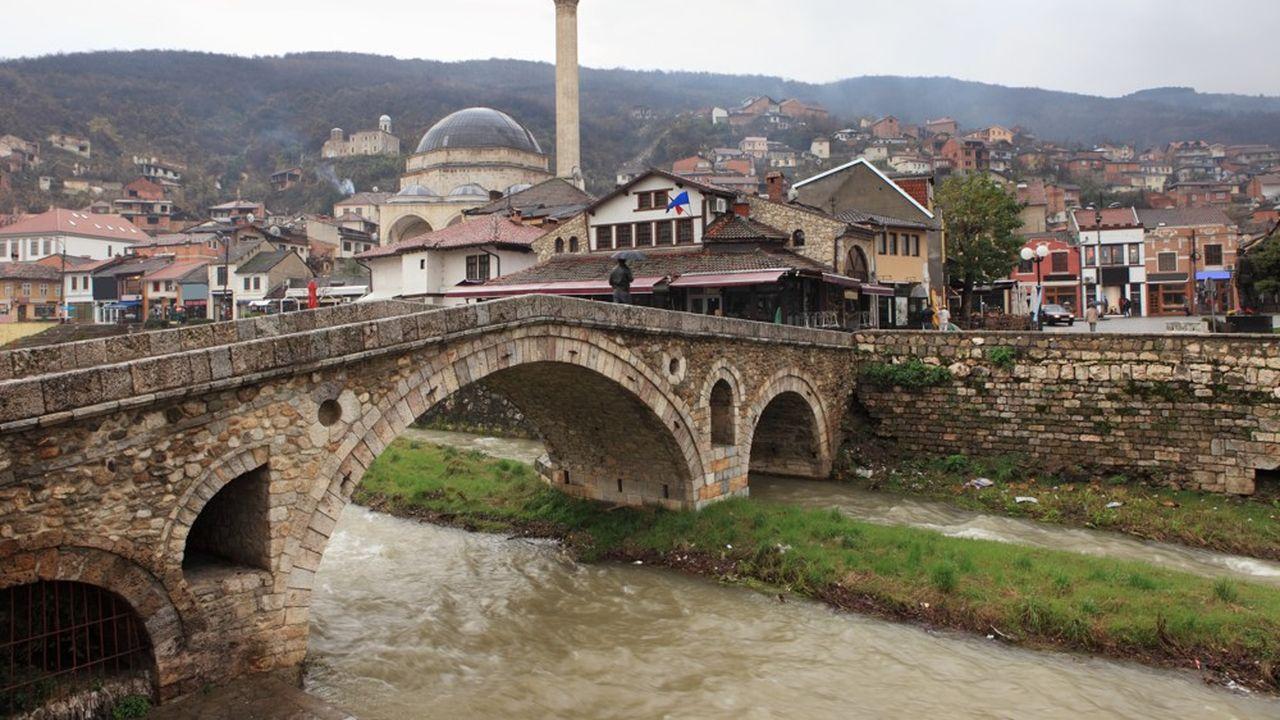 La ville de Prizren au Kosovo: à gauche du pont, la mosquée du XVIIesiècle Sinan Pasha.