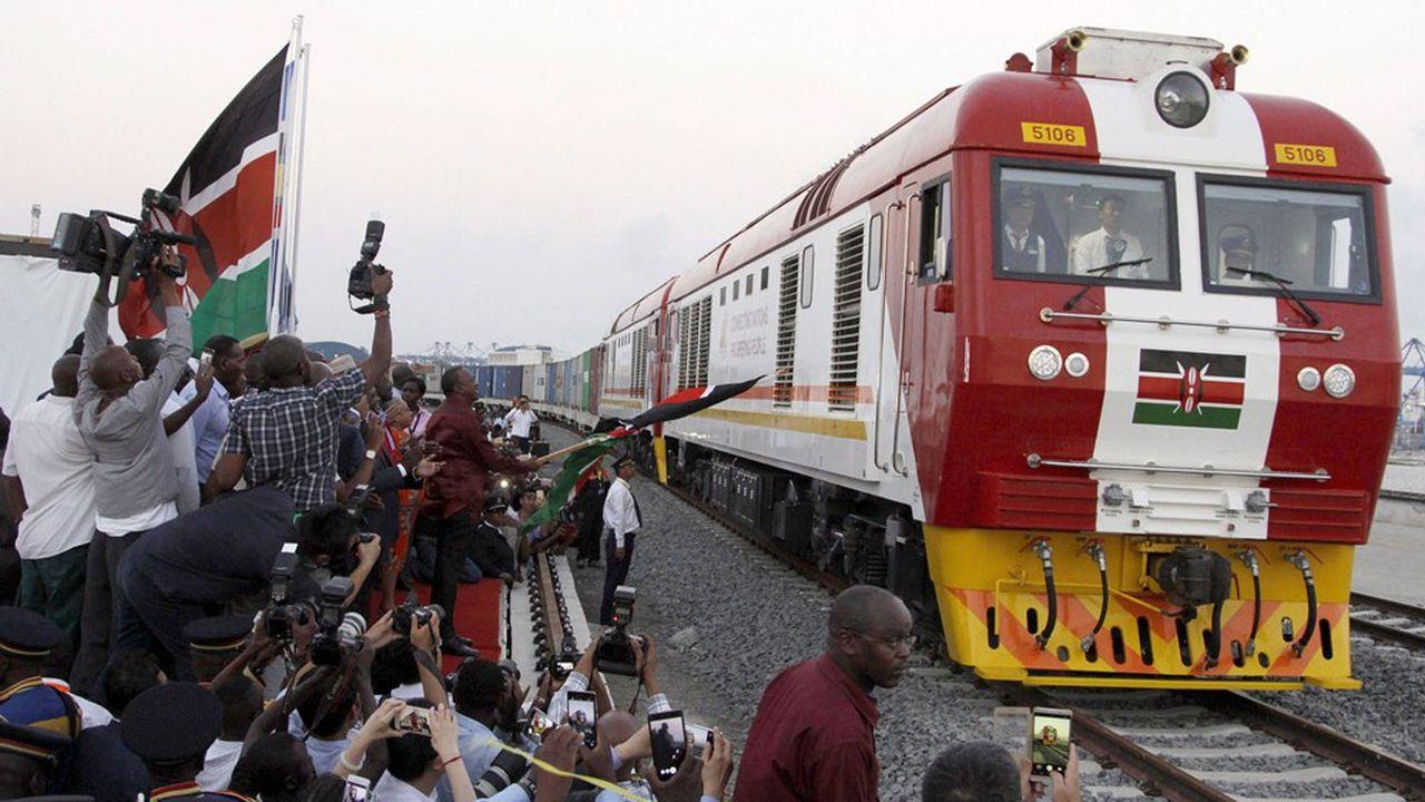 Inauguration en 2017 d'un train cargo au Kenya qui dessert le port de Mombasa à la capitale, Nairobi. Un projet logistique construit et financé par la Chine.