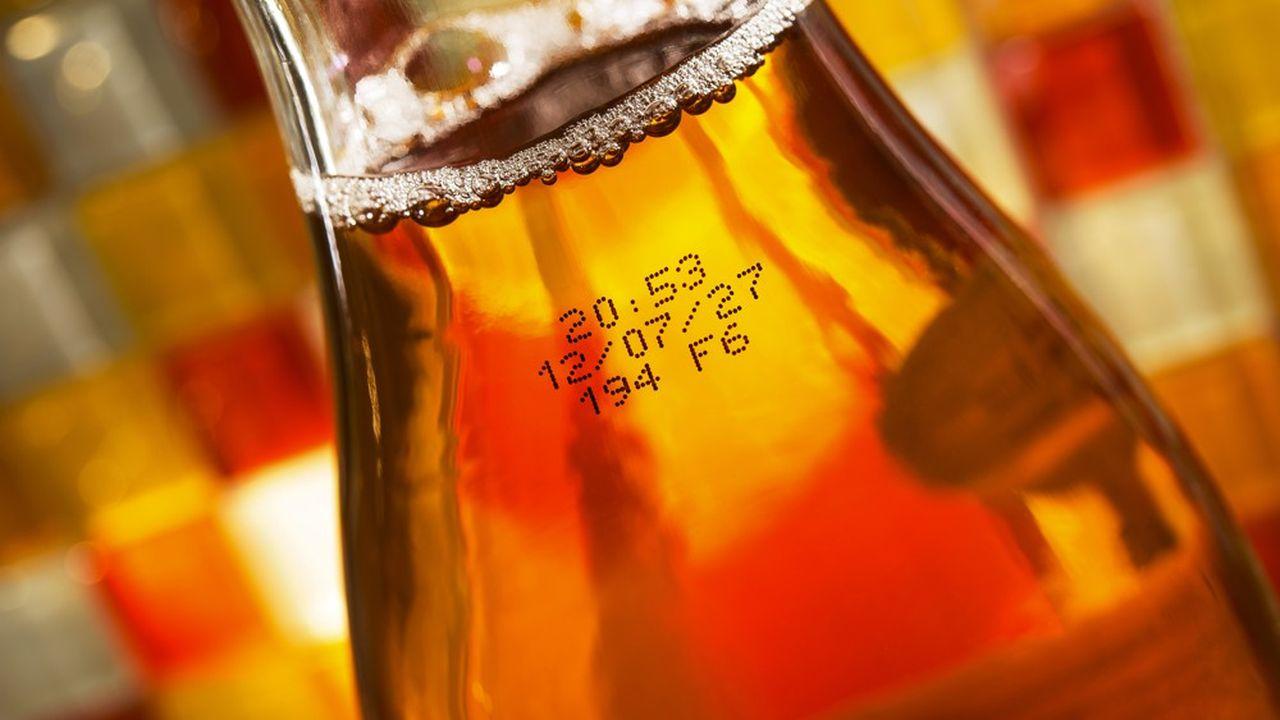 Codage jet d'encre des bouteilles en verre.