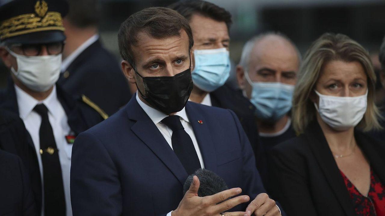 Emmanuel Macron avec la ministre de la Transition écologique Barbara Pompili à Breil-sur-Roya dans les Alpes Maritimes, mercredi.