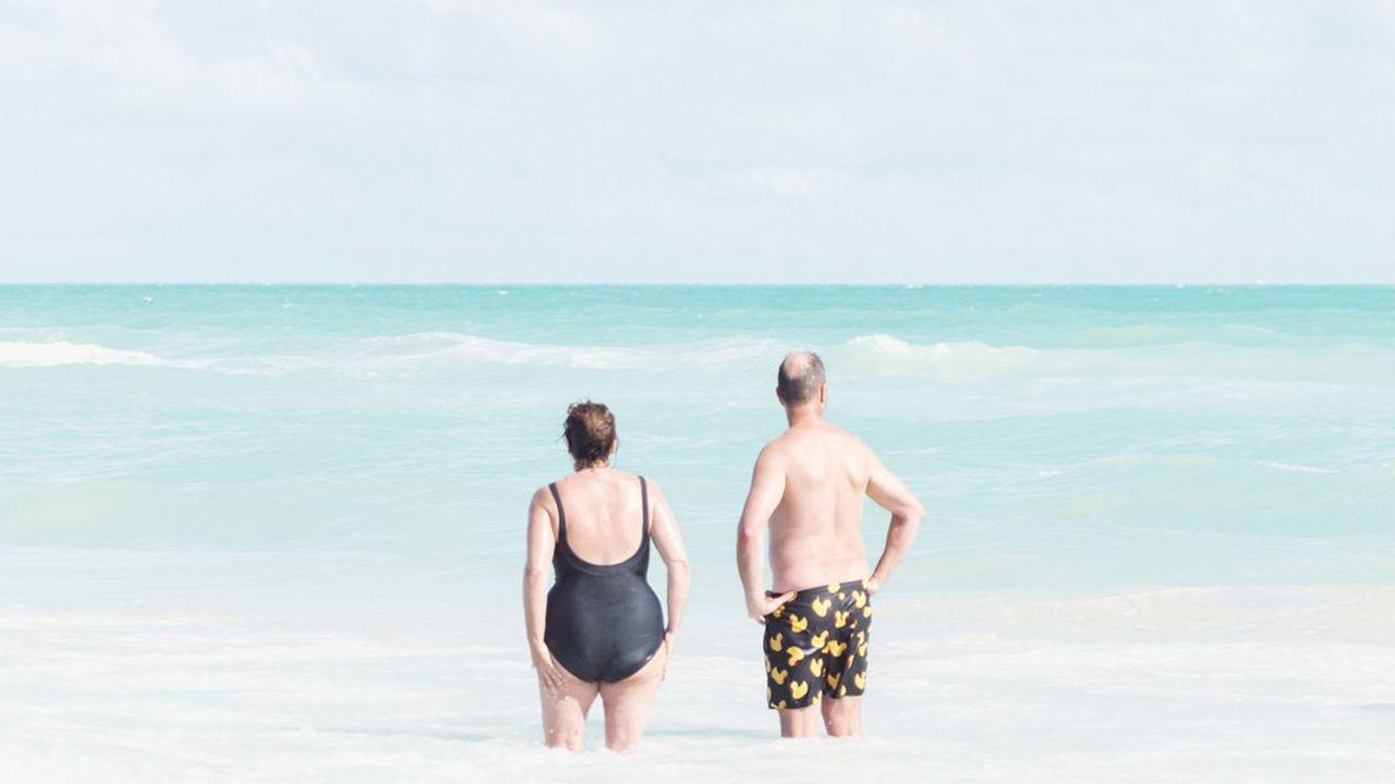 Le photographe américain David Benhar a fait de la plage son principal sujet de travail. Sa série « The Standing Water » se concentre sur les seniors observés sur les plages de Miami, en Floride.