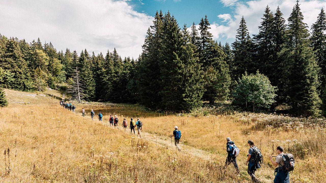 Au fil de la randonnée, entre les chefs d'entreprise et les jeunes, les barrières vont peu à peu tomber, les contacts se nouer.
