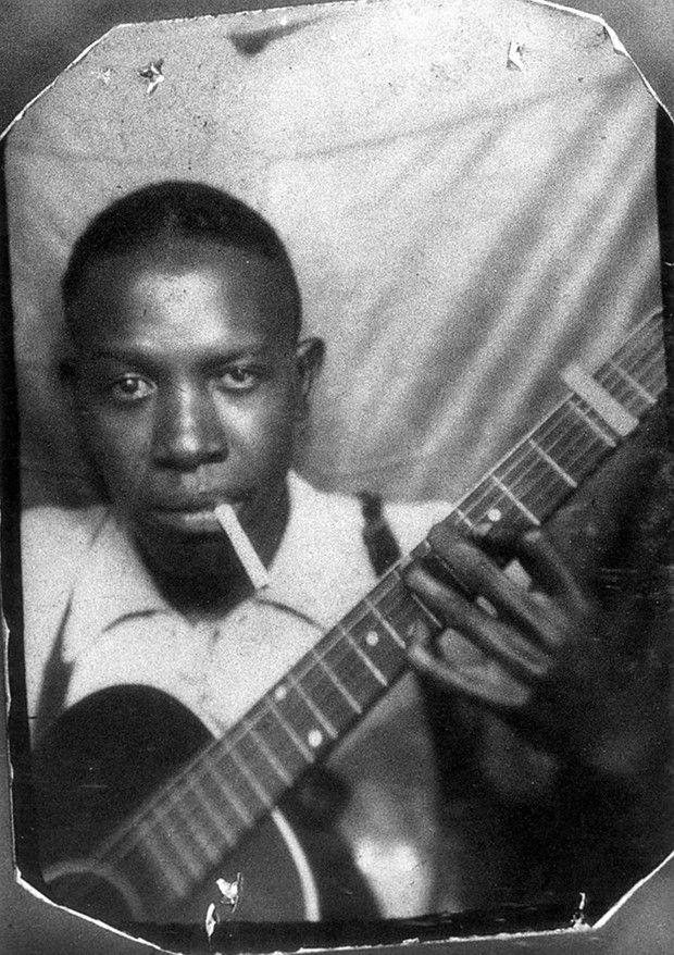 Disparu à l'âge de 27 ans, Robert Johnson (ici vers 1930) a marqué l'histoire du blues de sa légende sulfureuse.