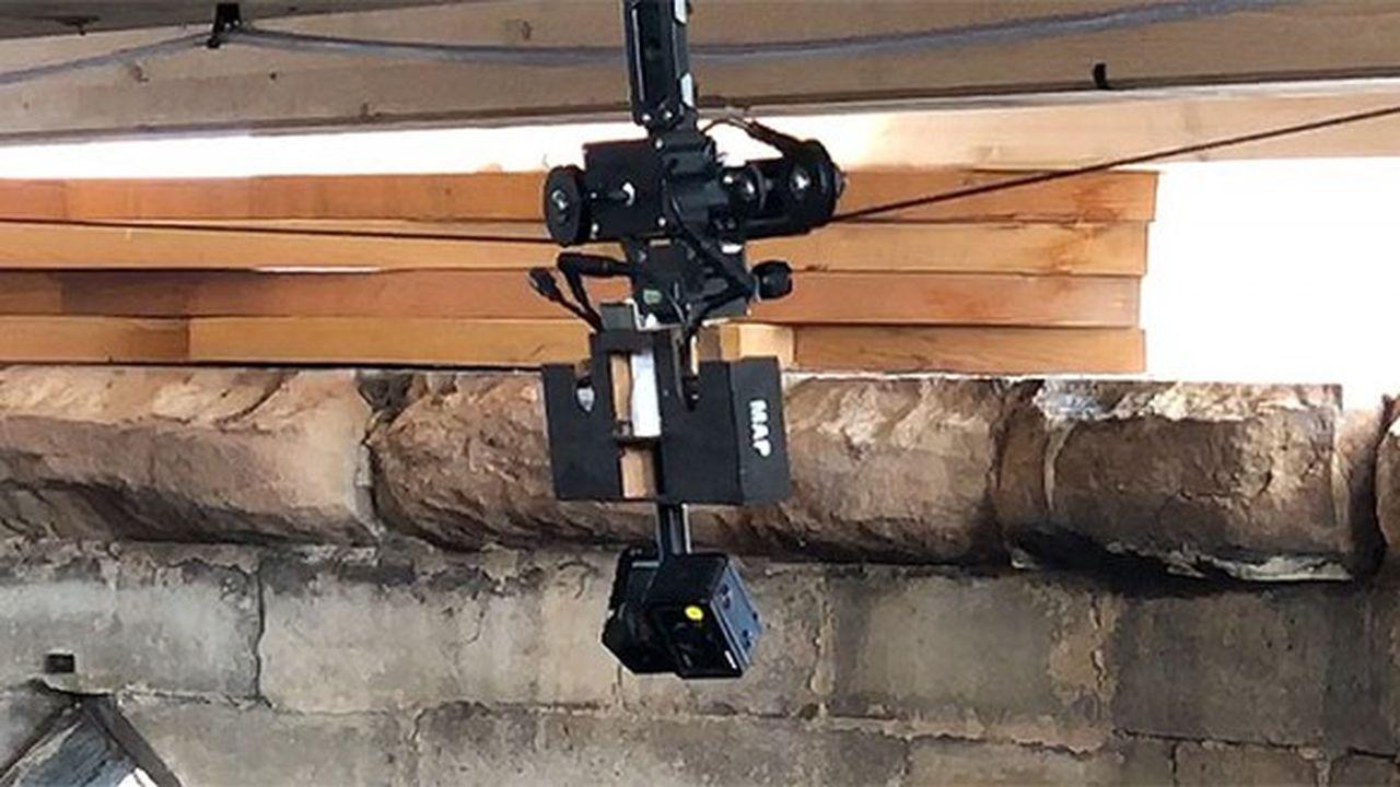 Dispositif d'acquisition conçu et développé par le MAP (Modèles et simulations pour l'architecture et le patrimoine) pour le relevé photogrammétrique des restes de la charpente sur l'extrados des voûtes de la cathédrale Notre-Dame de Paris.