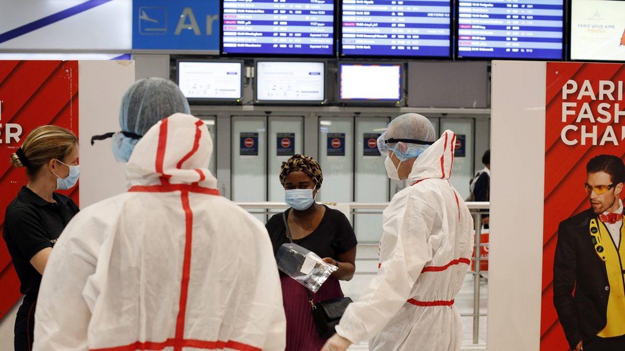 Une passagère sur le point de se faire tester à l'aéroport Paris-Charles de Gaulle, en août.