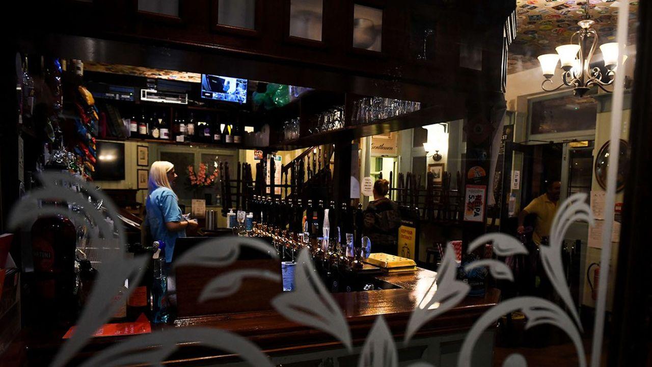 Au Royaume-Uni, où les bars londoniens doivent désormais fermer à 22.00heures, 1,2million de PME ont eu recours au programme de prêts rebond.