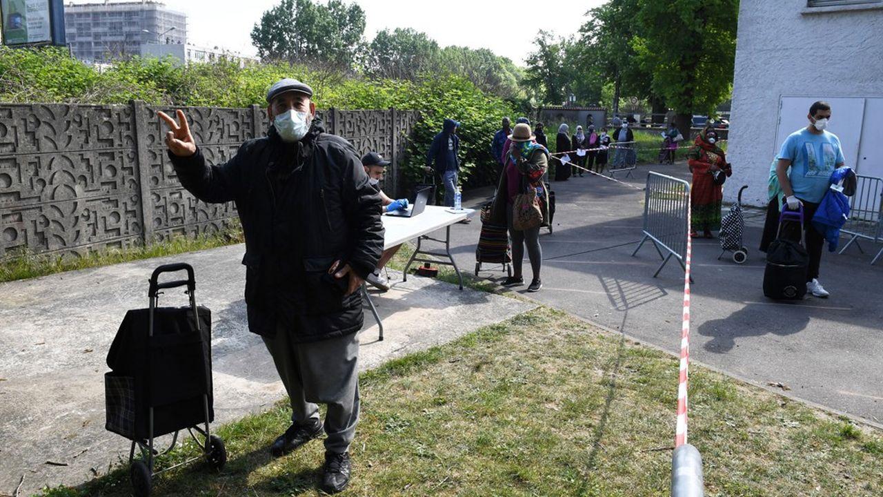 Distribution de nourriture aux habitants de Clichy-sous-Bois (Seine-Saint-Denis), en avril2020 pendant le confinement.