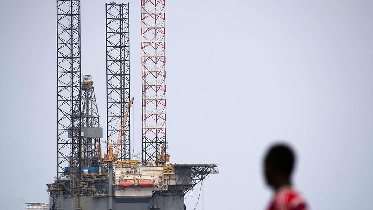 Le pétrole offshore, comme ici à Port-Gentil, constitue de fournir la grande majorité des recettes en devises de ce petit pays d'Afrique centrale.