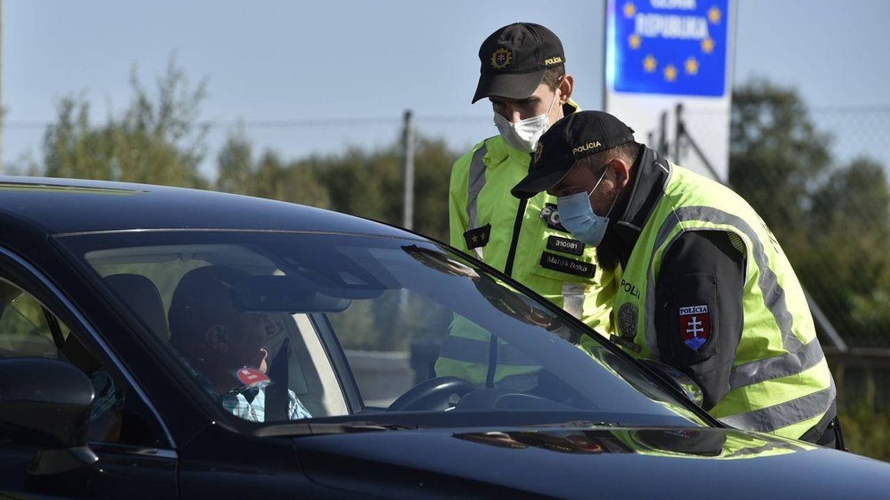 Comme ici en République tchèque, les voyageurs devront remplir une fiche d'information en ligne pour circuler au sein de l'Union européenne. Des tests ou des quarantaines pourront être imposés selon leurs régions de provenance.