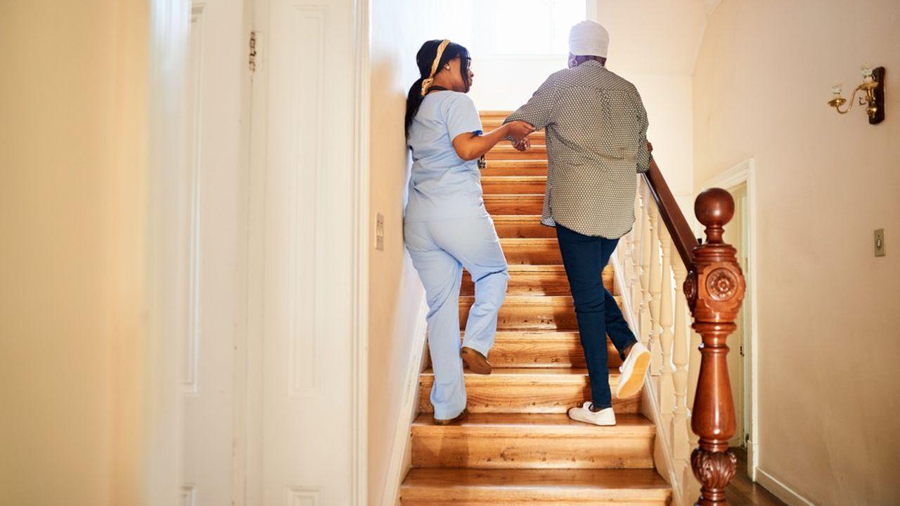 Les professionnels de l'aide à domicile sont désormais tous rémunérés au salaire minimum, à une cinquantaine d'euros près, alors qu'ils touchaient auparavant jusqu'à un tiers de plus que le SMIC.