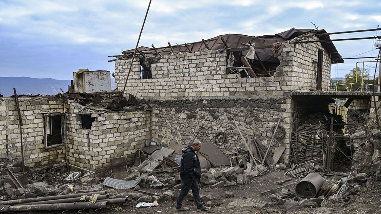 Vladimir Poutine a arraché un fragile cessez-le-feu entre Bakou et Erevan. Sur la photo, un habitant constate les dégâts de sa maison à Stepanakert, la capitale du Haut-Karabagh, visée par un bombardement azéri.