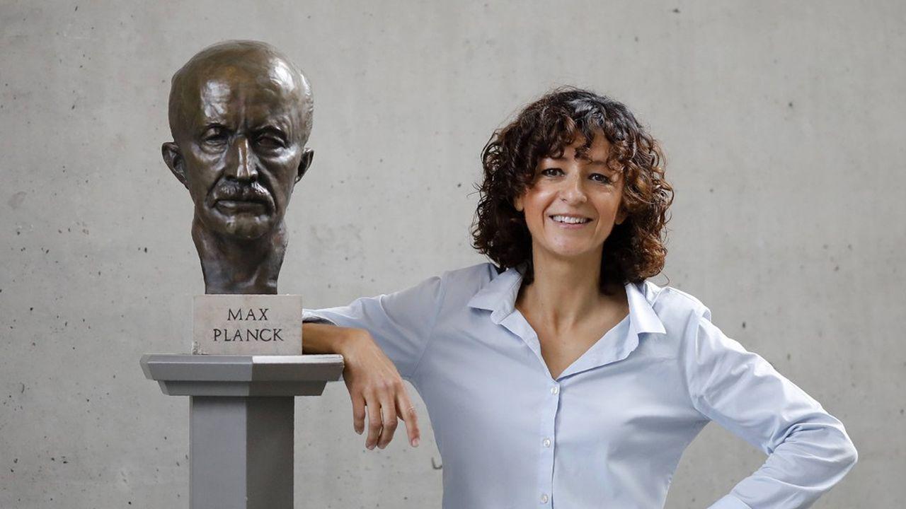 Emmanuelle Charpentier, co-lauréate du prix Nobel de chimie 2020, aux côtés d'une statue de Max Planck, prix Nobel de physique 1918.