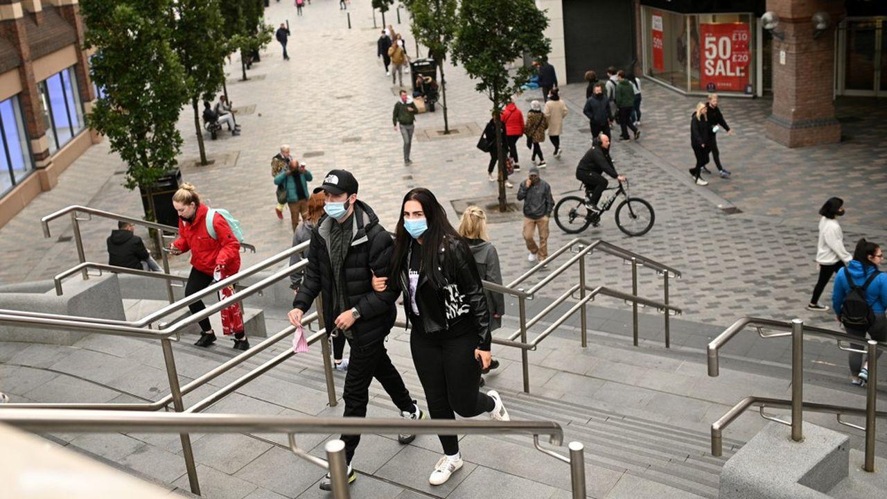 Des piétons dans les rues commerçantes de Liverpool, le 2octobre.