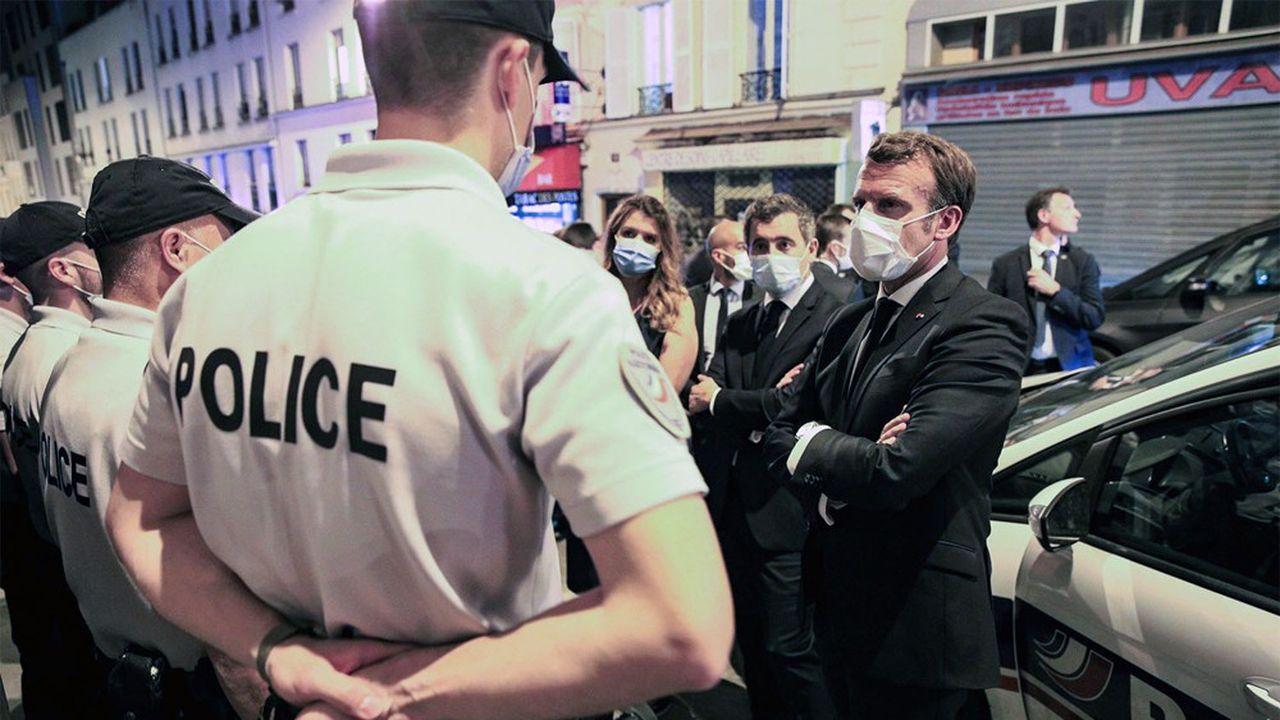 Emmanuel Macron, ici lors d'une visite à Paris auprès de policiers de la brigade anti-criminalité (BAC) avec le ministre de l'Intérieur Gérald Darmanin et la ministre déléguée Marlène Schiappa, va recevoir ce jeudi les syndicats de policiers.